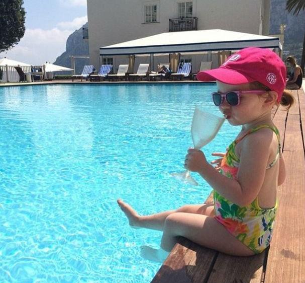 No hotel em Milão tomando o drink preferido: água aromatizada de frutas frescas (Foto: Reprodução/Instagram)