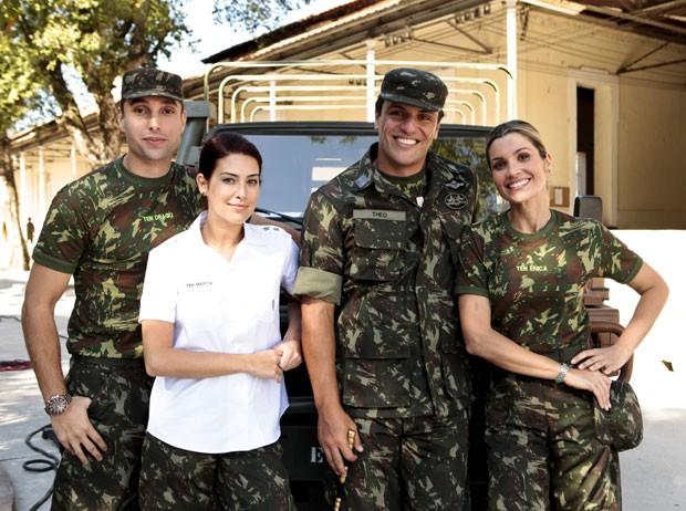 Leonardo, Fernanda, Flávia e Rodrigo posam durante gravação no regimento (Foto: Salve Jorge/TV Globo)