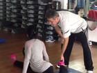 Gracyanne Barbosa se alonga antes de treino e mostra elasticidade