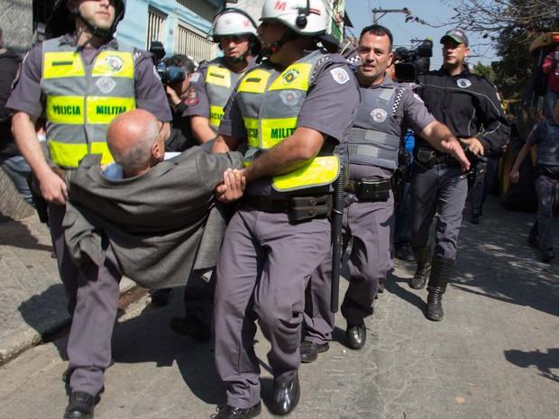 Eduardo Suplicy é carregado por policiais militares após protestar contra reintegração de posse (Foto: Uriel Punk/Futura Press/Estadão Conteúdo)