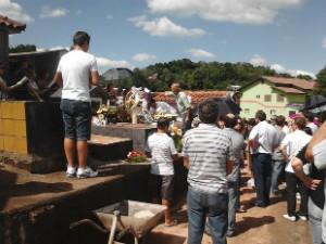 Thaís foi enterrada no Cemitério Municipal de Guaraciaba (Foto: Funeraria Pax Sul/Divulgação)