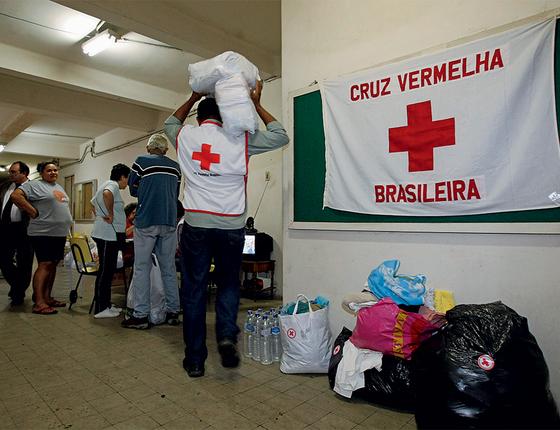 DESVIO Doações são guardadas na Cruz Vermelha no Rio de Janeiro. Diretores são suspeitos de desviar quase  R$ 10 milhões em dinheiro público (Foto: Fernando Quevedo/Agência O Globo)