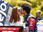 Marina Ruy Barbosa troca beijos com Xandinho Negrão durante Stock Car