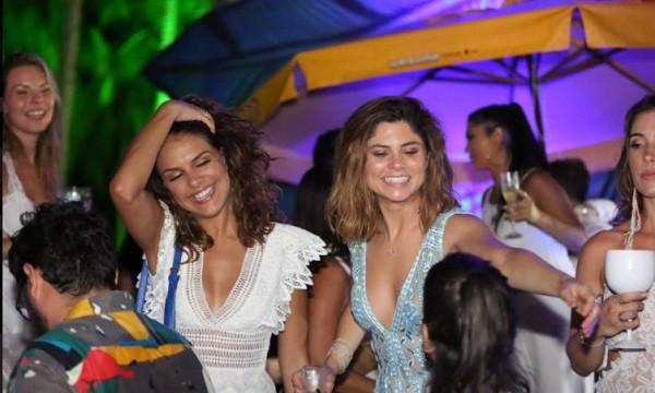 Paloma Bernardi e Julianne Trevisol se esbaldaram na virada em festa em Santo André, na Bahia (Foto: Divulgação)