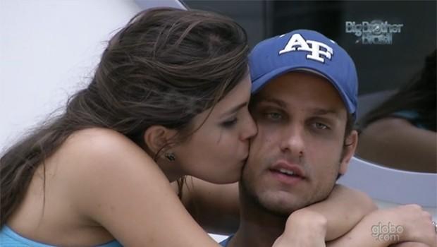 Agora é oficial: Elieser e Kamilla estão namorando (Foto: Reprodução)