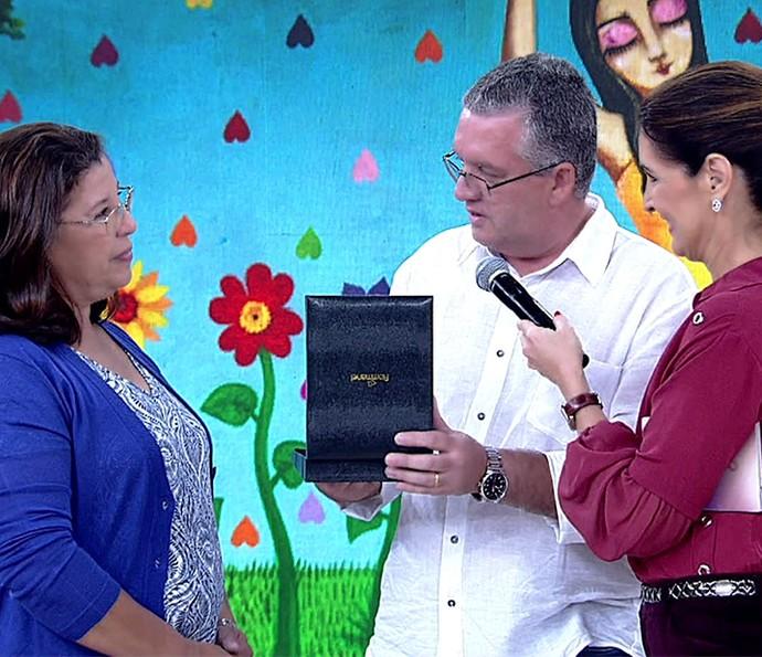Fátima recebe casal apaixonado (Foto: TV Globo)