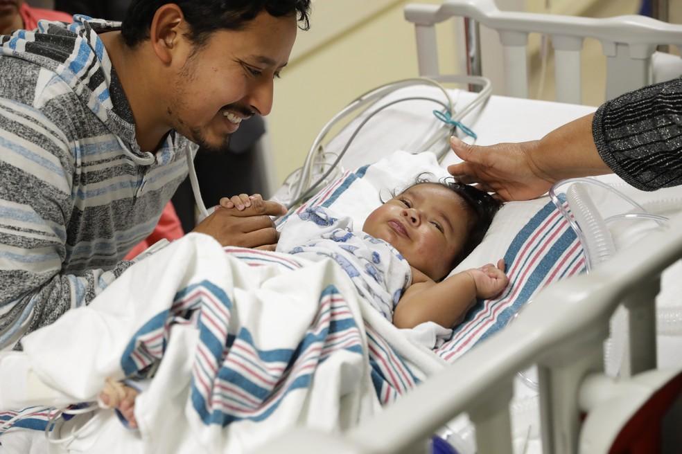 Josué, de 4 meses, tem um problema congênito no coração. (Foto: Patrick Semansky/AP)