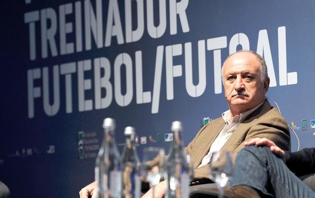 Felipão em palestra de futebol em Portugal (Foto: AP)