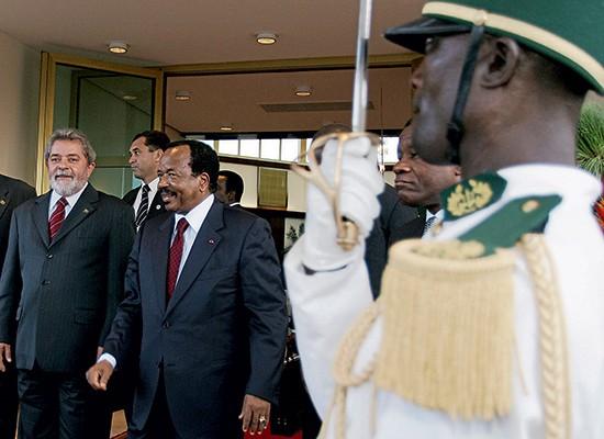 NÃO VINGOU O então presidente Luiz Inácio Lula da Silva em visita a Camarões, em 2005. O Brasil abriu a embaixada lá e o comércio desabou (Foto: Ricardo Stuckert/PR)