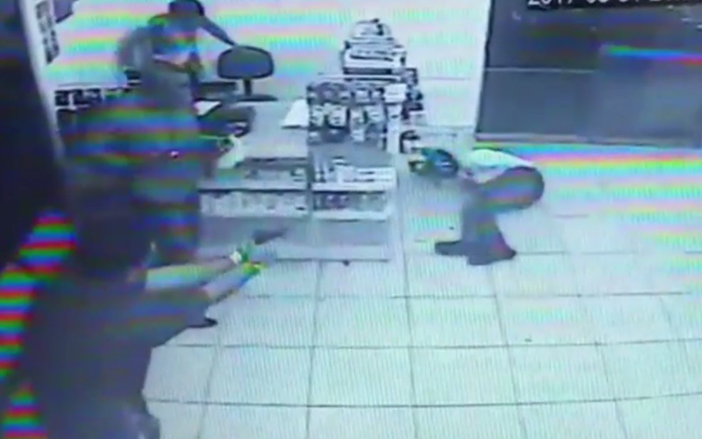Câmera registra momento em que um dos policiais atira contra adolescente (Foto: Reprodução/TV Anhanguera)