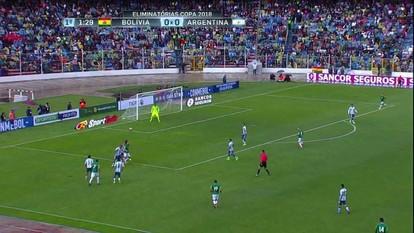 Marcelo Moreno dá lençol em Pizarro, mas não consegue ficar com a bola a 1 do 1º tempo