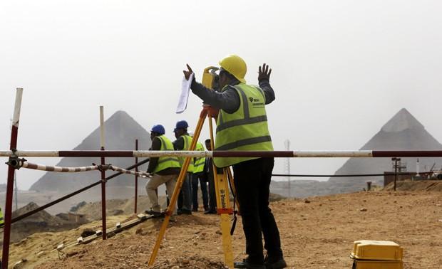 Engenheiro gesticula para os colegas no local de construção do Grande Museu do Egito, próximo ao Cairo (Foto: AP Photo/Amr Nabil)
