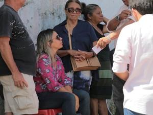 Viúva do capitão Assunção, com camisa rosa, conversa com a imprensa (Foto: Jonathan Lins/G1)