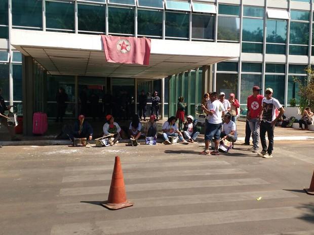 Manifestantes reunidos em frente a sede do antigo Ministério do Desenvolvimento Agrário (Foto: Beatriz Pataro/G1)