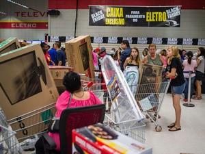 Movimentação de consumidores na loja do Extrana região oeste de SP, durante a madrugada. O hipermercado iniciou a promoção Black Friday à 0h desta sexta-feira.  (Foto: Avener Prado/Folhapress)