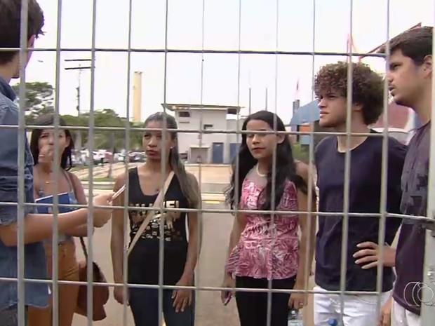 Estudantes dizem que foram impedidos de fazer o Enem, mesmo estando dentro de faculdade, em Goiás (Foto: Reprodução/TV Anhanguera)