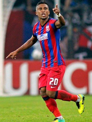 Leandro Tatu comemora gol o Steaua contra o Basel (Foto: Agência Reuters)