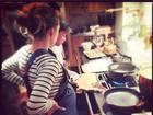 Blake Lively exibe barrigão de grávida e cozinha com ganhadora de reality