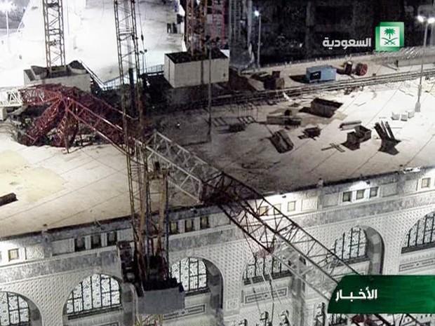 Guindaste caiu sobre a Grande Mesquita de Meca, matando centenas de pessoas (Foto: Saudi TV via AP)