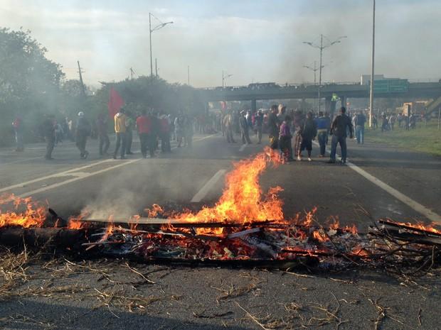 São Paulo: Manifestantes colocam fogo em pneus na altura do km 23 da Rodovia Anchieta, no ABC. Fumaça preta tomava boa parte da região. Segundo a Ecovias, cerca de 100 pessoas participam do protesto. (Foto: Glauco Araújo/G1)