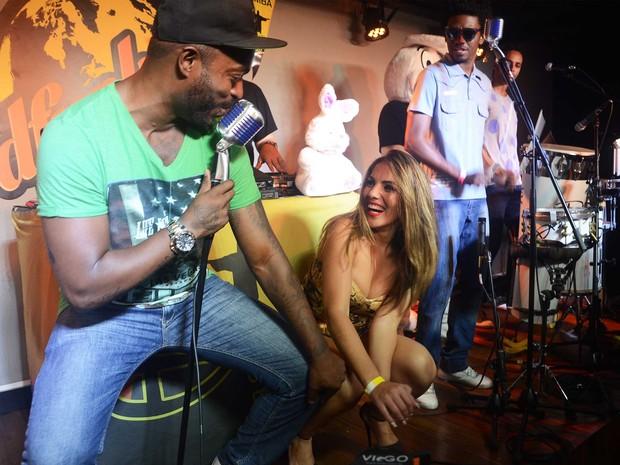Ex-BBB Anamara dança até o chão em festa no Rio (Foto: Ari Kaye/ Divulgação)