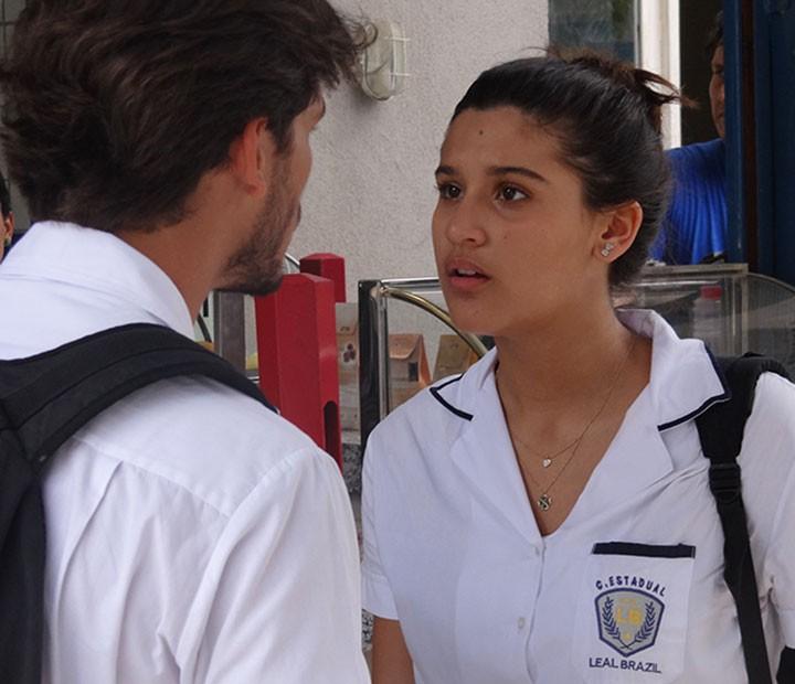 Lívia fica bolada com Roger após saber que ele está envolvido no atropelamento de Ciça (Foto: Annelise Gomes/Gshow)