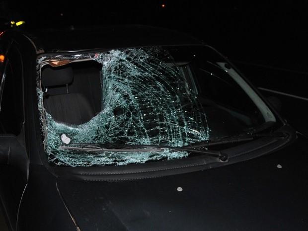 Com impacto, parabrisa do veículo ficou destruído (Foto: Reprodução / Região Noroeste)