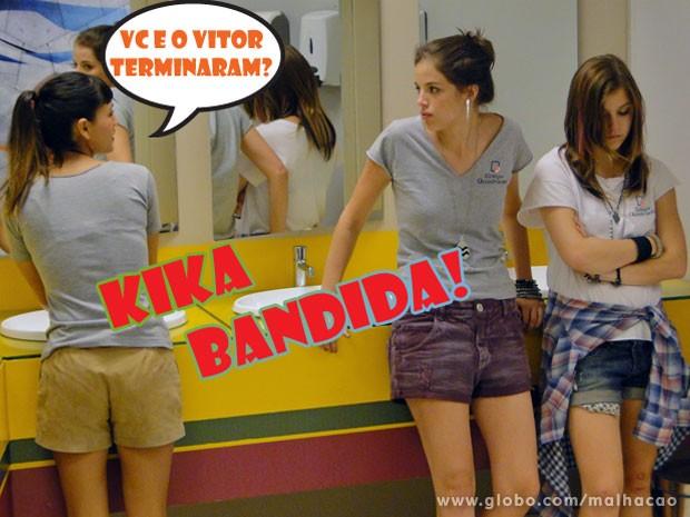 A víbora segue a Lia até o banheiro pra escutar a roqueira desabafando com a Ju (Foto: Malhação / Tv Globo)