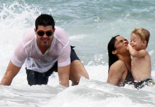 Robin Thicke com Paula e Julian (Foto: Grosby Group)