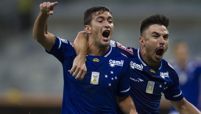 De Arrascaeta e Willian, do Cruzeiro (Foto: Gualter Naves / Light Press)