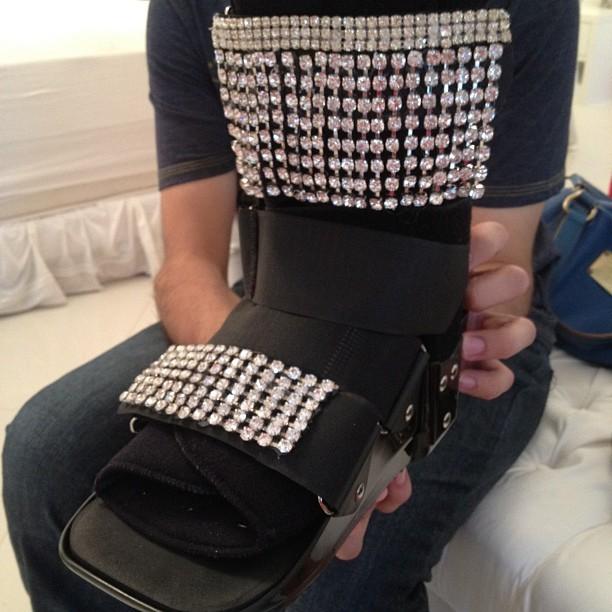 Mayra Cardi usa bota ortopédica para ensaio (Foto: Reprodução/Instagram)