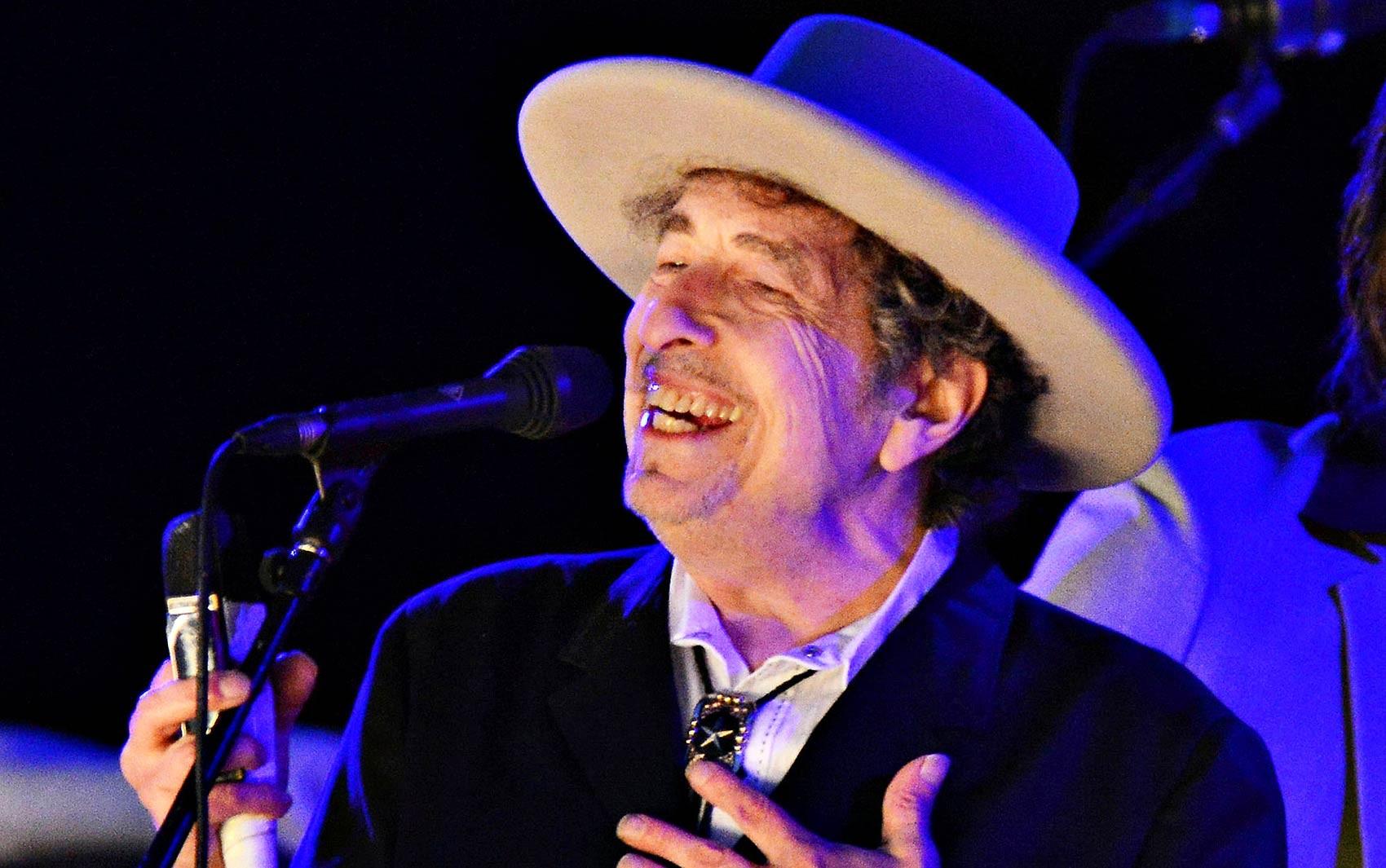 Bob Dylan durante show no Hop Festival em Paddock Wood, na Inglaterra, em junho de 2012