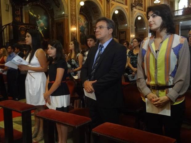 Zenaldo Coutinho assistiu a missa da posse ao lado da família. (Foto: Thais Rezende/G1)