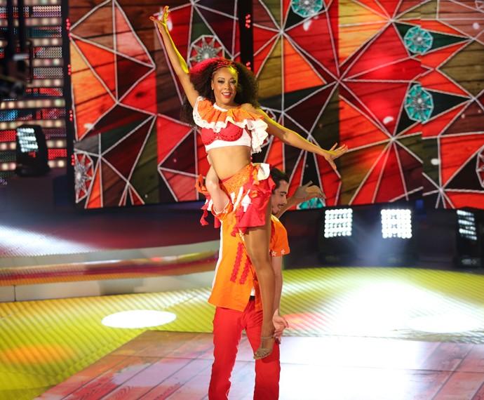 Negra Li vai nas alturas durante sua dança (Foto: Carol Caminha/Gshow)