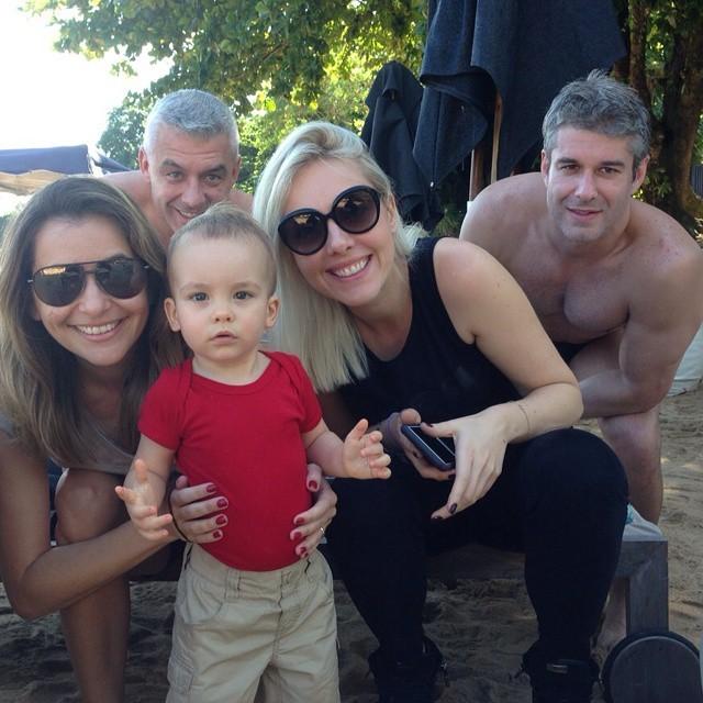 Alexandre Correa posa com o filho, o pequeno Alexandre Junior, Giovana  Oliveira, madrinha 8eca9f9917