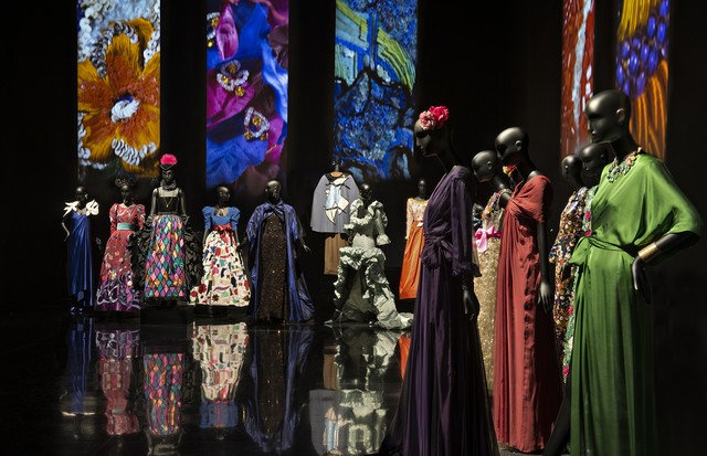The displays at the newly opened Musée Yves Saint Laurent in Marrakesh contrast his riotous use of colour, above, with the sobre chic of his black trouser suits (Foto: FONDATION PIERRE BERGÉ-YVES SAINT LAURENT)