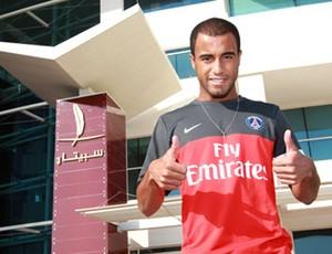 Lucas com a camisa do PSG (Foto: Divulgação / Site Oficial)
