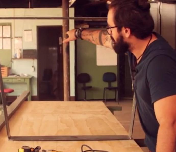 Fábio Basso mostra como fez o pé da mesa e de que maneira vai prender o tampo (Foto: Reprodução)