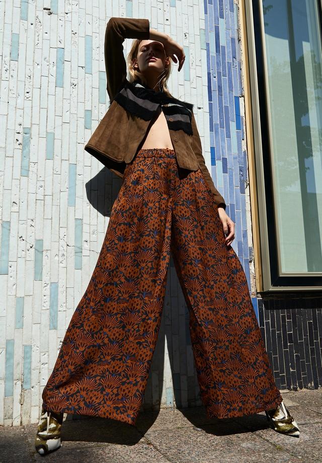 Jaqueta, Longchamp; pantalona, Odeeh; sapatos, Longchamp. (Foto: Tobias Wirth)