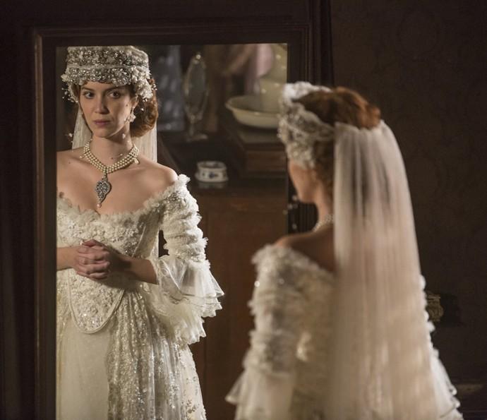 Branca experimenta seu vestido de noiva (Foto: Felipe Monteiro/Gshow)
