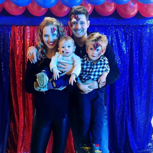 Michael Bublé com os filhos, Noah e Elias, e a mulher, Lusiana Lopilato (Foto: Reprodução/Instagram)