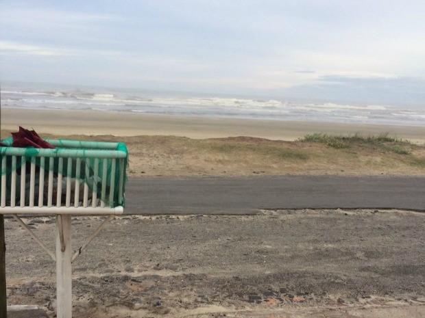 Após retirada de corpo de praia, moradores abriram embalagem em lixeia (Foto: Polícia Civil/Divulgação)
