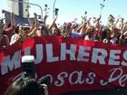 Manifestantes anti-impeachment levam rosas para frente do Congresso