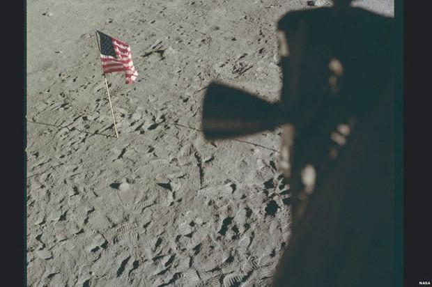 Da janela da Apollo 11 as primeiras pegadas humanas na Lua podem ser vistas claramente (Foto: Nasa/Project Apollo Archive)