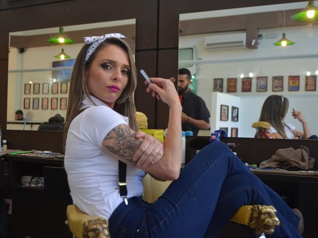 A Barber Girl Vivian na Barbearia Cartola em Campinas (SP) (Foto: Marina Ortiz/ G1)