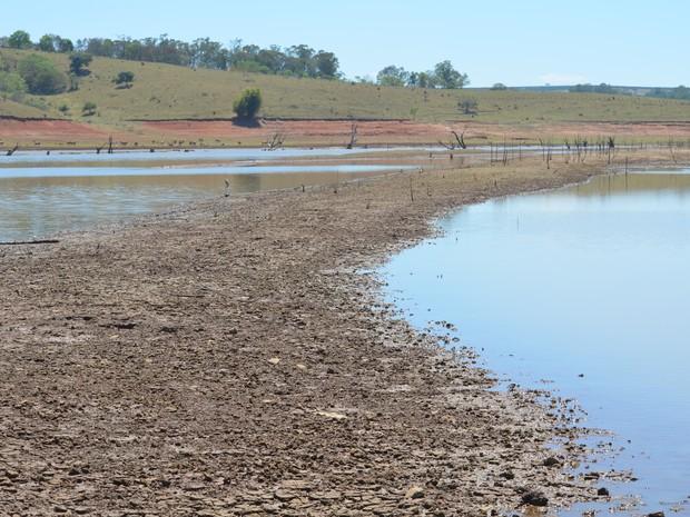 Faixa de terra seca surge no meio de Lago de Furnas no Pontalete, em Três Pontas (Foto: Samantha Silva / G1)