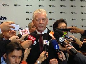 Prefeito de Porto Alegre e presidente da FNP, José Fortunati, fala com jornalistas sobre reivindicações para o futuro governo federal (Foto: Lucas Salomão/G1)