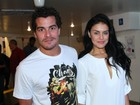 Thiago Martins e Paloma Bernardi vão a show de Nando Reis no Rio