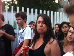 Juliana Atie, de 32, faz cara de triste enquanto enfrenta fila para pegar ingresso (Foto: Flávio Seixlack/G1)