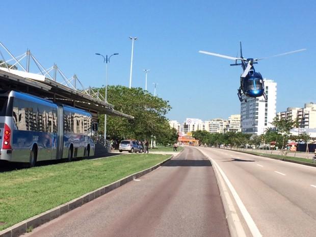 Helicóptero da Polícia Militar pousou na Avenida das Américas. (Foto: Guilherme Brito/ G1)